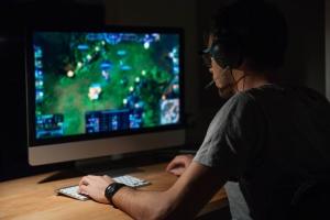 gaming schreibtisch die besten gamer schreibtische top 3. Black Bedroom Furniture Sets. Home Design Ideas